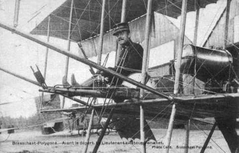 Luitenant Arsène Demanet op zijn toestel op het vliegveld van Brasschaat