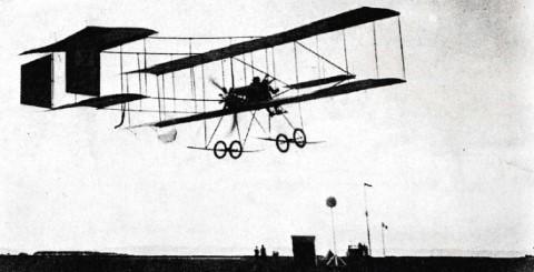 """Een Farman-tweedekker landt op het militair oefenplein - waarschijnlijk in 1912 (illustratie in het boek """"De Tijd van Toen"""" met de memoires van prof. Gillain)"""