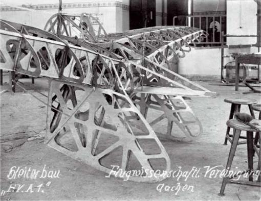 Duitsland: de FVA-1 Schwatze Düvel (Schwarzer Teufel) was het eerste zweefvliegtuig gebouwd door de Flugwissenschaftliche Vereinigung Aachen (Akaflieg Aachen), gesticht in 1920