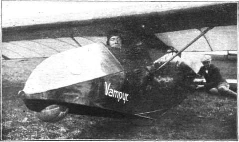 """Duitsland: intussen zweeft Heinrich Hentzen met de """"Vampyr"""" dank zij de techniek van het hellingvliegen al langer dan 3 uur boven de Wasserkuppe en boekt al een hoogtewinst van ruim 350 m."""