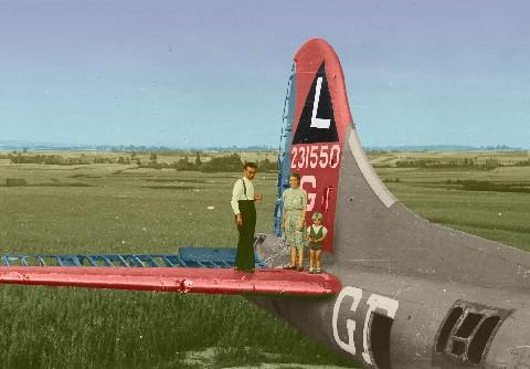 Van diezelfde bommenwerper bestaat ook een foto met op de stabilo een ventje van drie jaar. Het is Theo Boon met oom en tante (ouders van Wilfried en Guido Boon). Deze woonden vlakbij in Kortrijk-Dutsel. De tastbare aanwezigheid van zo'n groot vliegtuig heeft waarschijnlijk menige jongensdroom in gang gezet. Feit is dat zowel Theo als zijn kozijnen Wilfried, Guido en Paul vijftien jaar later zweefvliegers werden bij LUAC.