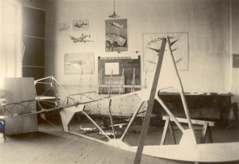Ruwbouw van de Northrop in het clublokaal van de Dijlezwaluw. Bemerk de schaalmodellen op de achtergrond. Aan de muur hangt de vlag van de club. Afgaande op de stand van de werken, moet de foto gemaakt zijn eind 1945.