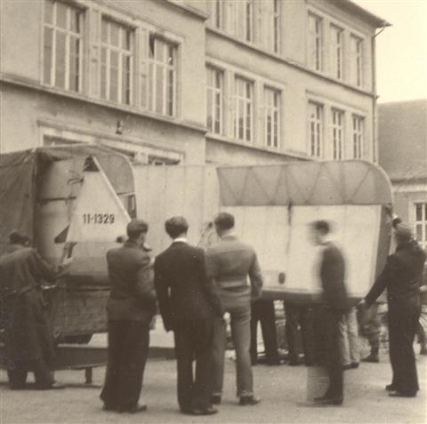 Een paar leden haalden de SG-38 tijdens een tweedaagse reis naar Leuven. Hier: het inladen van het toestel in Luxemburg. (maart 1946)