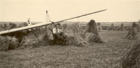 Jan Sevenants geland tussen de korenschoven na zijn eerste bocht. (juli 1946)
