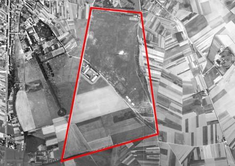Luchtfoto 1947. Rood omrand: het terrein in Heverlee waarop de Dijlezwaluw vloog. De noordelijke helft is het militair oefenterrein, waar ook al gezweefd werd in de jaren '30. De Dijlezwaluw die een lier had met een kabel van 1000 meter gebruikte echter ook de velden tot de meest zuidelijke punt aan het (toen pas aangelegd) Engels kerkhof. Helemaal links van noord naar zuid: de Naamsesteenweg. Het grote complex links boven is het Heilig Hart Instituut. Links onderaan het klooster van de zusters van De Jacht