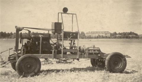 """Met de aankoop van een Minerva-motor van 32 PK en een oud chassis van een auto kon de bouw van een moderne lier gestart worden. Onder impuls van """"de Frans"""" Vranckx, die geen moeite spaarde, kreeg de """"treuil"""" (lier) vaste vorm en werd in 1947 het pronkstuk van de club. Men rolde een kleine 1000m kabel uit (het veld was groot genoeg) en kon nu eindelijk oplieren tot een hoogte van 200 m, waardoor het mogelijk werd om een circuit te maken en terug op de startplaats te landen. (foto 1947)"""