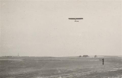 Start met de SG-38. Op de achtergrond de toren van Sint-Camillus in Bierbeek. (27.04.1947)
