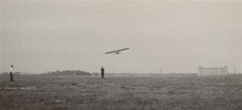 Landing door Jan Sevenants met de SG-38. Op de achtergrond de Philips toren. (27.04.1947)