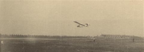 Sinksen weekend in mei: Landing van de SG-38. Op de achtergrond de Calvariedreef van het Heilig Hartinstituut en de barakken van de eerste kazerne (de Kleine Vestiging). (25.05.1947)