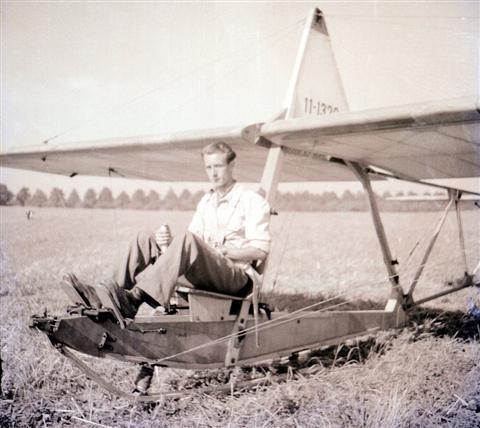 Jan Sevenants op de SG-38. Op de achtergrond de Calvariedreef van het Heilig Hart Instituut. (15.08.1947)