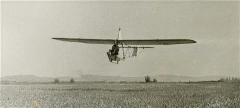 """Landing van dezelfde vlucht. Jos Verbinnen had een minister bij en een cameraman om de vlucht te filmen. Vooraf kreeg Sevenants zijn instructies: """"Jan, maak een goeie landing hé!"""" Op de achtergrond de heuvels achter de Tiensesteenweg. (17.08.1947)"""