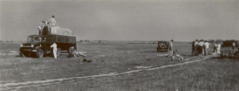 Alles wordt op de Bedford camion geladen. (17.08.1947)