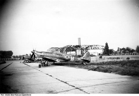 De vliegbasis Beauvechain. De hangars waren na de oorlog nog altijd niet heropgebouwd — zelfs de Spitfires stonden nog in open lucht. (foto: 1948)