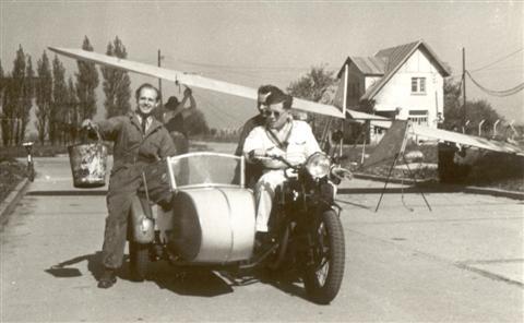 De Dijlezwaluw in Bevekom (Beauvechain). Pol Vandermeulen op zijn moto, Frans Vranckx (met emmer), Fernand Van Eylen achterop. Achter hen de SG-38 met twee andere clubleden onder de vleugels. (1949)