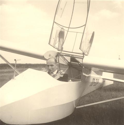 Marcel Sempels ging occasioneel nog wel eens de lucht in met een zwever. Op tweezitter met een instructeur vanachter was dat geen probleem. Hier hebben we een foto van hem, gemaakt in 1961 in Saint-Hubert in een Lerche. Hij bracht toen een bezoek aan het vliegveld van Saint-Hubert samen met zijn oude makkers Sevenants en Van Eylen.