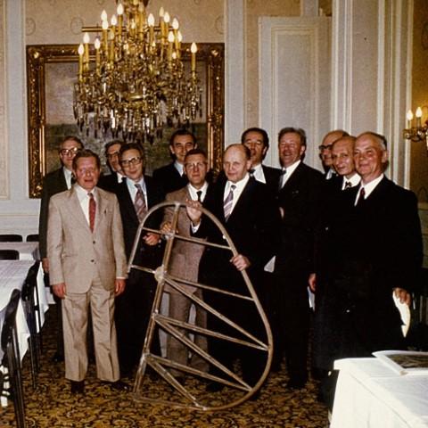Kasteel van Wezemaal in 1978. Groepsfoto vrienden van de Dijlezwaluw met richtingsroer van de Emouchet. v.l.n.r.: Pierre Leunis (achteraan), Pol Vandermeulen, Rik De Meulder (achteraan), Rik Verbeeck, Fernand Van Eylen, Arthur Larmuseau, Frans Vranckx, Jean Kamers (achteraan), Jan Sevenants, Jos Verbinnen (achteraan), Marcel Sempels, Miel Wolfs (zoon van Charel Wolfs)