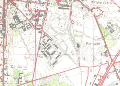 Militair oefenterrein in Heverlee. Het net van betonbanen in gesloten circuit (waarop later talloze miliciens hun rijbewijs hebben gehaald) dateert van 1952. De schaatsbaan aan de oostelijke rand werd gebouwd in 1981. De Hertogstraat is nog niet doorgetrokken. (stafkaart 1982)