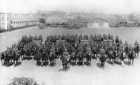 Het Regiment van de Rijdende Artillerie in de kazerne Sint-Maartensdal, klaar voor het vertrek naar het oefenplein.