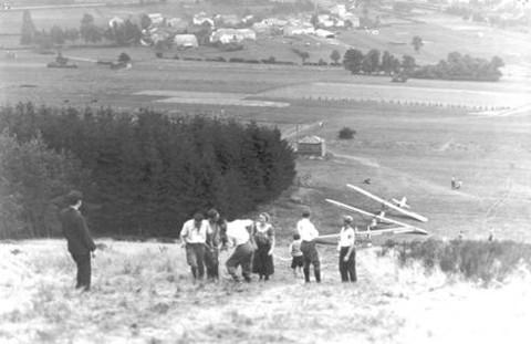 Zweefvliegkamp te Hébronval. Men startte op de top van de heuvel om in het dal te landen.