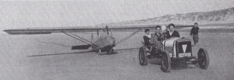 Vliegen met de Prüfling op het strand van De Panne in 1936. Men sleepte met een kleine Fiat 6PK. Vooraan in de wagen François de Sauvage (links), daarnaast Louis de San. Foto Dr. Hellemans.