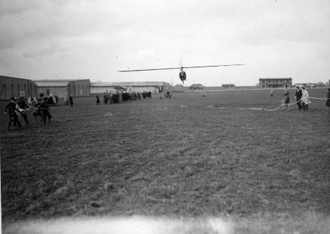Inhuldiging van de Sabca Junior van VOLCEP door Suzanne Lippens (25.04.1931, vliegveld Evere)